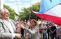 HOLIDAY CHEER: San Juan Mayor-Elect Carmen Yulín raises the flag and sings the Revolutionary National Anthem